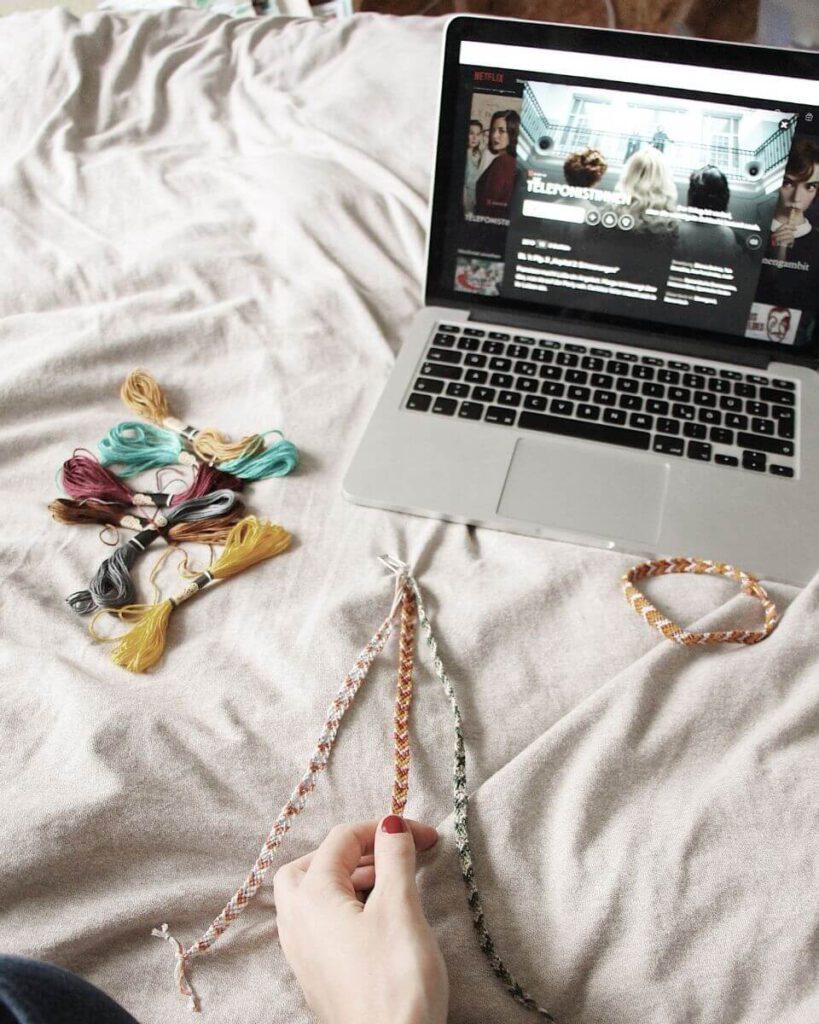Freundschaftsarmbänder knüpfen mit Netflix